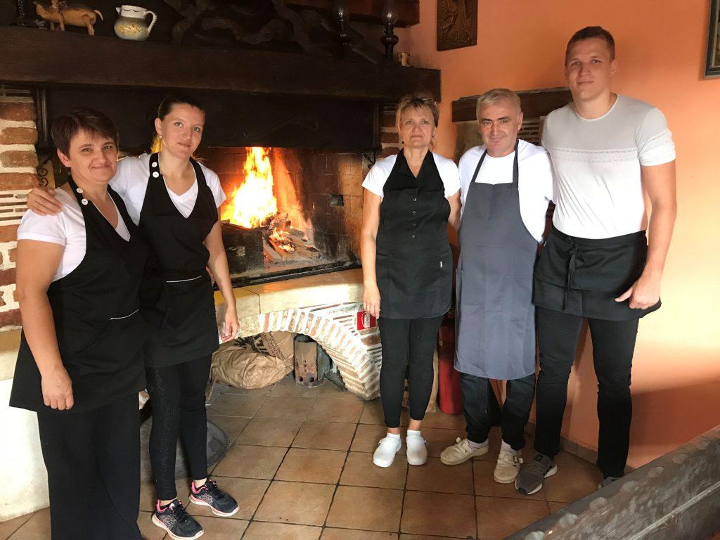 Das Team vor dem Grill