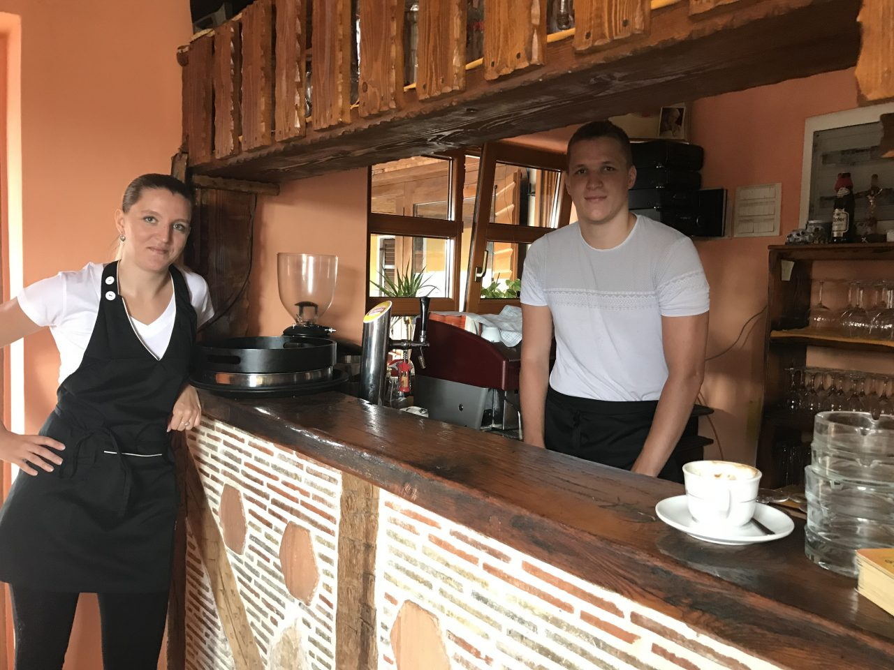 Das Junge team an der Bar
